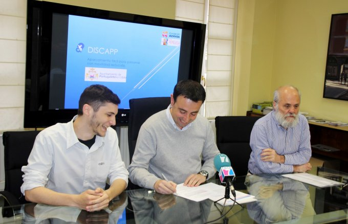 Mikel Torres, mayor of Portugalete; José Ramón Taberna, headteacher of CIFP Repélega; and Iván Lopéz, driving force of the Discapp project, during the signing ceremony