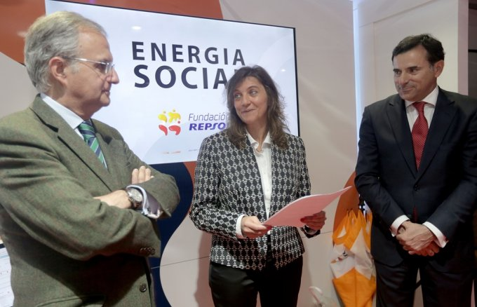 Ignacio Egea, vice-chair of Fundación Repsol; Catarina Albergaria, education representative at the Lisbon city council; and António Calçada de Sá, chairman of Repsol Portugal during their visit to the Mobile Classroom in Lisbon