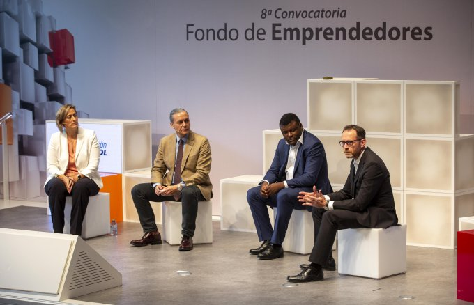 Antonio Brufau, Chairman Repsol y António Calçada, General Director Fundación Repsol with the selected startups.