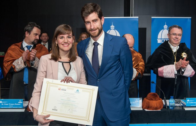 Irene Bellón receiving the prize for the best final master's project from Luis Vera, head of Fundación Repsol's Education area. ETSII-UPM Chair