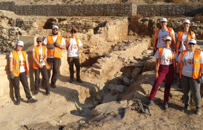 Nine university students participate in the archaeological excavation of Molinete.