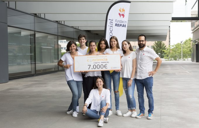Students from Colegio Obradoiro in A Coruña, winners of the fourth Fundación Repsol Energy with consciousness Championship alongside Ileana Guaita, Deputy Director of Private and Charter Schools for the Community of Madrid; Lola Zamarra, Director of the Social and Volunteering Area of Fundación Repsol; and Marina Estació, presenter of the event