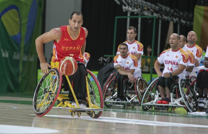 Pablo Zarzuela (7) leads an attack by the Spanish team in the Japan-Spain match (39-55). Spanish Paralympic Committee