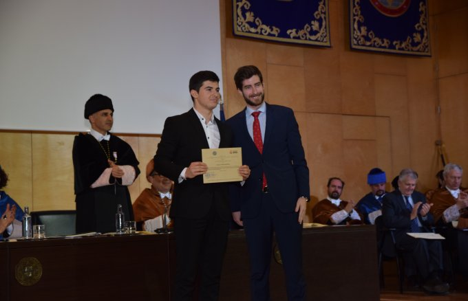 The Fundación Repsol scholarship programme leader giving the diploma to the UPCT student awarded with the Excellence Scholarship for the 2018–2019 academic year