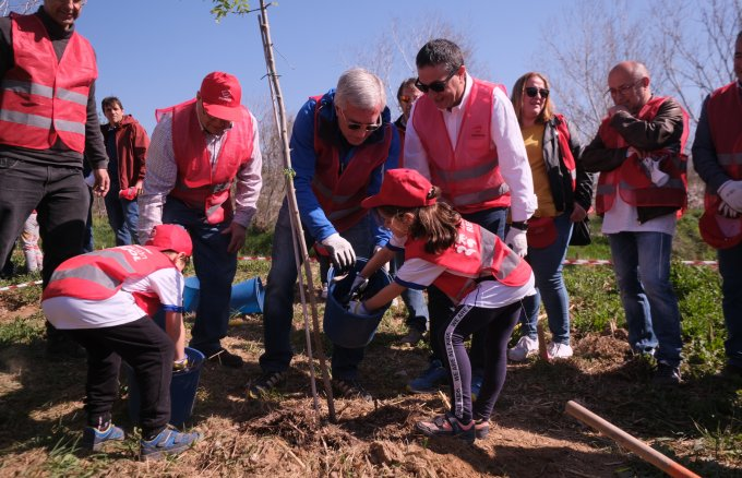 Josep Fèlix Ballesteros, Mayor of Tarragona, and Pep Font, director of Repsol's Tarragona industrial facility with various local neighbours, participating in the 8th Fundación Repsol and Aurora Association planting by the Francolí river, in Tarragona
