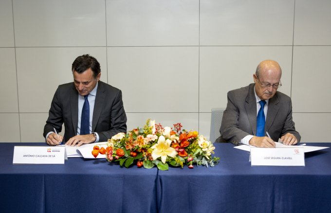 José Segura Clavell, executive managing director of Casa África and António Calçada de Sá, vice-chairman of Fundación Repsol, at the signing of the agreement between the organisations.