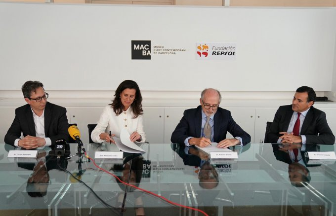 Antonio Brufau, President of Repsol and Fundación Repsol and Ainhoa Grandes, President of the MACBA Foundation, signing the new agreement with Ferran Barenblit, MACBA Director and António Calçada, Vice President of Fundación Repsol. Photographer: Miquel Coll.