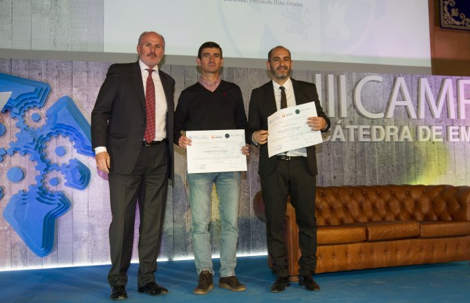 The award-winning student together with his project director, receiving the award