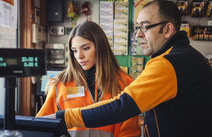 Work experience in a service station during the Young People with a Future project, organised by Fundación Repsol and Fundación Iter