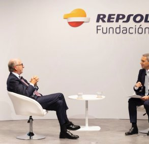 Antonio Brufau, Repsol Chairman (left), with the journalist Vicente Vallés (right) during the presentation of Open Room, the Repsol Foundation´s digital community on the energy transition